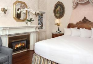 A bed or beds in a room at Seven Gables Inn on Monterey Bay, A Kirkwood Collection Property