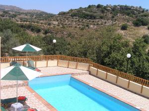 Θέα της πισίνας από το Stratos Villas ή από εκεί κοντά
