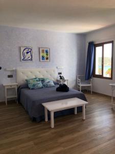 A bed or beds in a room at Apartamentos El Bergantin Menorca Club