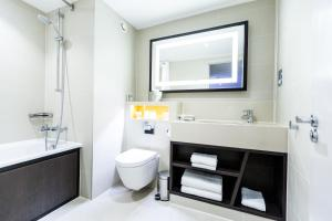A bathroom at DoubleTree by Hilton London Ealing