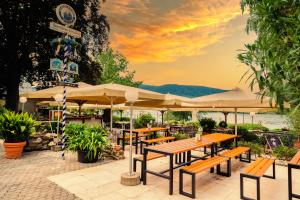 A restaurant or other place to eat at Das Ebertor - Hotel & Hostel