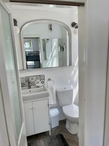 A bathroom at Barrs Court Beds