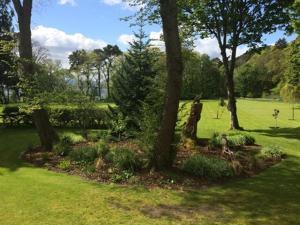 Kebun di luar Old Drynie House