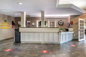 The lobby or reception area at Quality Inn & Suites Amsterdam Quispamsis