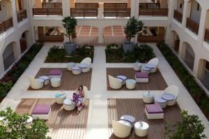 Вид на бассейн в Minoa Palace Resort & Spa или окрестностях