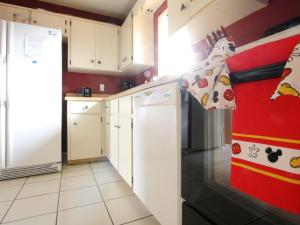 A kitchen or kitchenette at 2 Bed 5325