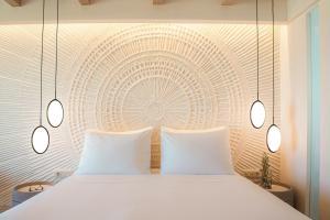 Кровать или кровати в номере Mitsis Rinela Beach Resort & Spa