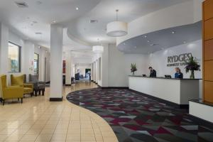 The lobby or reception area at Rydges Norwest Sydney