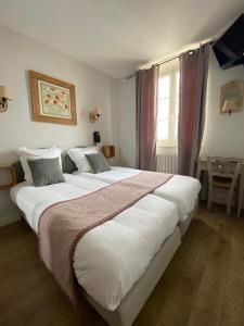 Un ou plusieurs lits dans un hébergement de l'établissement Hotel Restaurant de la Tour