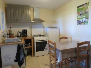 Cuisine ou kitchenette dans l'établissement Ô prés d'ici Chambres d'hôtes