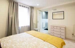 A bed or beds in a room at Modern apartment in Leamington Spa City Centre