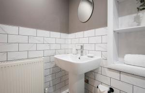A bathroom at Modern apartment in Leamington Spa City Centre