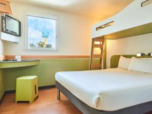 A bunk bed or bunk beds in a room at Ibis Budget Versailles Coignieres