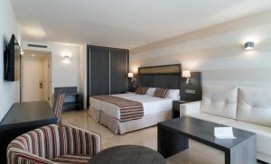 Een bed of bedden in een kamer bij MS Aguamarina Suites