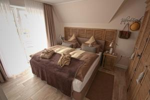 """A bed or beds in a room at Ferienwohnung """"Büsumer Reethus"""""""