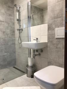 A bathroom at Penzión Squash