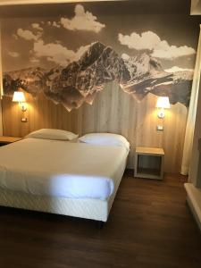 A bed or beds in a room at Hotel Nido dell'Aquila