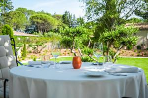 A restaurant or other place to eat at Le Vallon de Valrugues & Spa