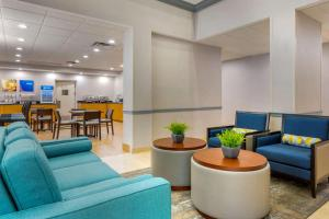 The lobby or reception area at Comfort Suites Near Universal Orlando Resort