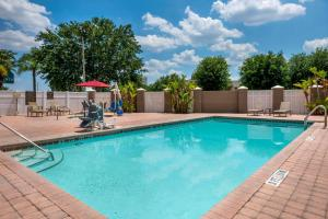 The swimming pool at or close to Comfort Suites Near Universal Orlando Resort