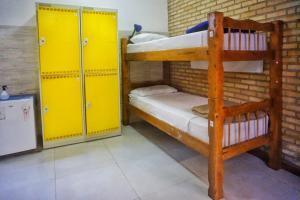 Uma ou mais camas em beliche em um quarto em Biergarten Hostel