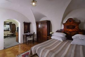 A bed or beds in a room at Fronius Boutique Residence