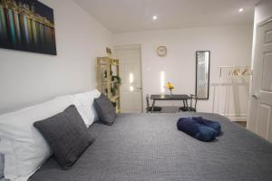 A bed or beds in a room at Flat 1, 401 Stapleton rd