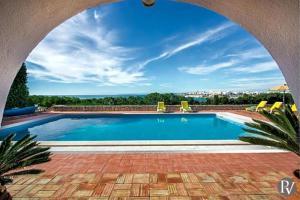 The swimming pool at or near Vale da Canada Villa Sleeps 18 Pool WiFi