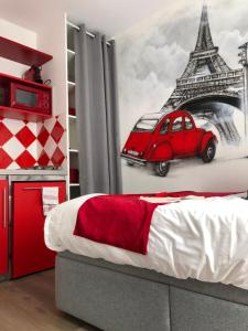 A bed or beds in a room at Beatrice et Emmanuel Meublé Eiffel