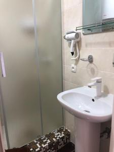 A bathroom at Grand Victoria Hotel