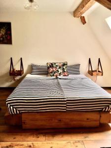 Ein Bett oder Betten in einem Zimmer der Unterkunft Ferienwohnung Kunst und Kulturschuppen Hasenmühle