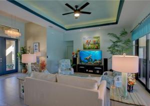 Ein Sitzbereich in der Unterkunft Holland House Cape Coral Surfside - Luxury Villa - Private Heated Pool - Canal View