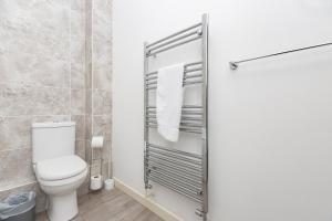 A bathroom at Hideaway 2 Apartment