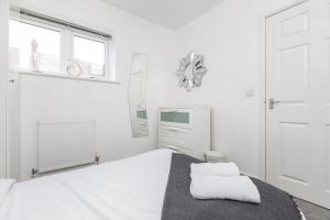 A bed or beds in a room at Hideaway 2 Apartment