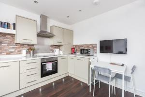 A kitchen or kitchenette at Hideaway 2 Apartment