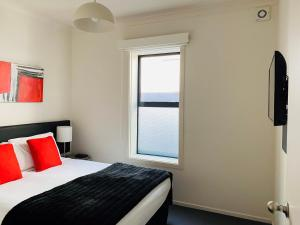 A bed or beds in a room at 315 Euro Motel and Serviced Apartments