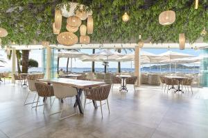 A restaurant or other place to eat at Hotel Torre del Mar - Ibiza