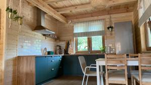Kuchnia lub aneks kuchenny w obiekcie Bug Wie Gdzie - Komfortowe domy wypoczynkowe