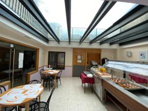 A restaurant or other place to eat at Somriu Hotel City M28