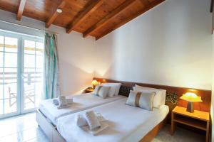 A bed or beds in a room at Arco Beach Hotel