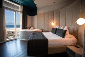Ein Bett oder Betten in einem Zimmer der Unterkunft Relais sul Mare Boutique Hotel