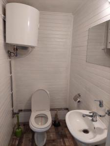A bathroom at Kempings Ronīši