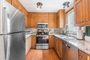 A kitchen or kitchenette at River Park 1241