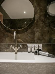 A bathroom at Hôtel Le Diamond Rock
