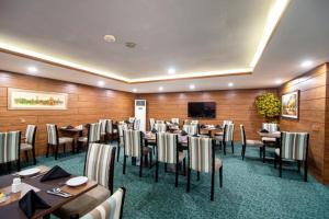 A restaurant or other place to eat at Hotel One Gulberg, Lahore