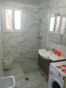 A bathroom at Saranda Backpackers