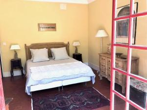 A bed or beds in a room at B&B Villa Roumanille