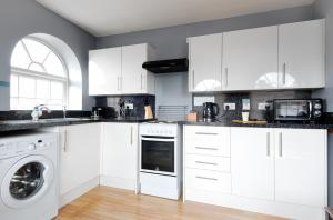 A kitchen or kitchenette at The Maelor - Berwyn House