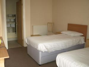 A bed or beds in a room at Jolly Brewers Free House Inn