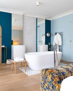 A bathroom at Hôtel Singulier Bordeaux